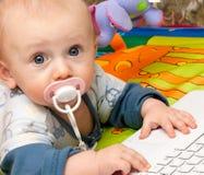 Jongen en laptop Stock Afbeeldingen