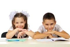 Jongen en meisje bij het bureau Stock Foto's
