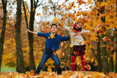 Jongen en meisje in de herfstpark Royalty-vrije Stock Afbeeldingen