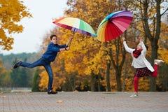 Jongen en meisje in de herfstpark Stock Afbeeldingen