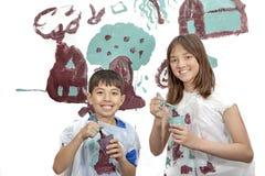 Jongen en meisje die alvorens te schilderen glimlachen Royalty-vrije Stock Foto