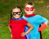 Jongen en meisje die beweren te zijn superheroes royalty-vrije stock fotografie