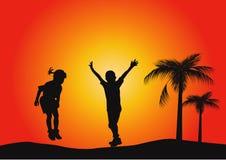 Silhouetten van kinderen het springen Stock Foto's