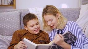 Jongen en meisje die een boek lezen stock videobeelden