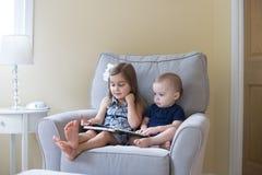 Jongen en meisje die een boek lezen royalty-vrije stock foto's