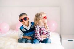 Jongen en meisje die en een ruzie of een misverstand bestrijden hebben royalty-vrije stock fotografie