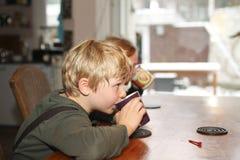 Jongen en meisje die hete chocolade drinken Royalty-vrije Stock Afbeeldingen