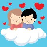 Jongen en meisje die op de dagkaart van wolkenvalentijnskaarten koesteren Stock Afbeelding