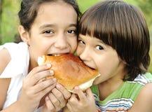 Jongen en meisje die samen eten Royalty-vrije Stock Foto