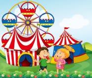 Jongen en meisje die van circus genieten Stock Foto