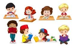Jongen en meisje lezing en het schrijven Stock Afbeeldingen