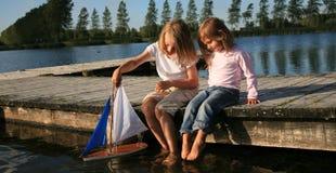 Jongen en meisje met boot Stock Foto