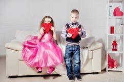 Jongen en Meisje met Decoratieve Harten Royalty-vrije Stock Fotografie