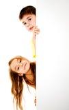 Jongen en meisje met een banner Stock Fotografie