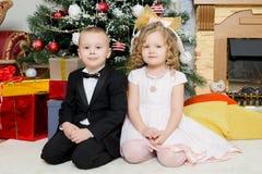 Jongen en meisje met giften dichtbij de Kerstboom Stock Fotografie