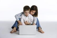 Jongen en meisje met laptop computer royalty-vrije stock fotografie
