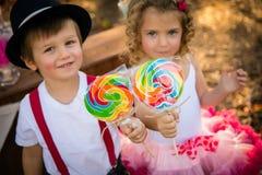 Jongen en meisje met lollypops Royalty-vrije Stock Afbeelding