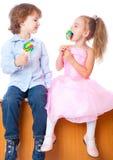Jongen en meisje met lollys Stock Fotografie