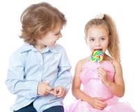 Jongen en meisje met lollys Royalty-vrije Stock Afbeelding