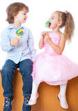 Jongen en meisje met lollys Stock Afbeelding
