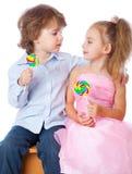 Jongen en meisje met lollys Stock Foto