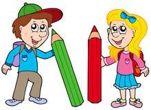 Jongen en meisje met reuzekleurpotloden Stock Afbeeldingen