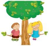 Jongen en meisje op de boom Stock Foto