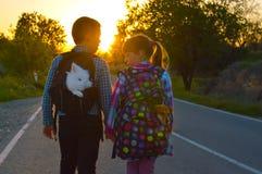 Jongen en meisje op de weg Stock Foto's