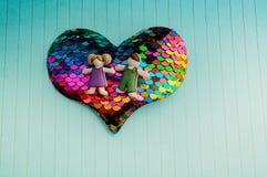 Jongen en meisje op een Hart gevormd pictogram als liefdeconceptie royalty-vrije stock foto