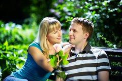 Jongen en meisje op een romantische datum Royalty-vrije Stock Foto's