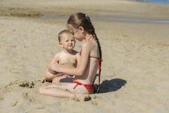 Jongen en meisje op het strand royalty-vrije stock afbeelding