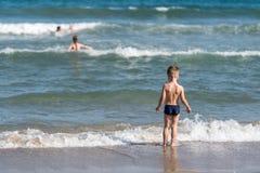 Jongen en meisje op het strand stock afbeelding