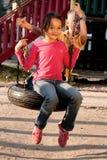 Jongen en meisje op schommeling Stock Afbeeldingen