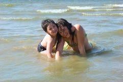 Jongen en meisje in water Stock Foto