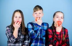 Jongen en meisjes de vrienden eten appelsnack Tienerjaren met gezonde snack Gezonde het op dieet zijn en vitaminevoeding Eet frui royalty-vrije stock afbeeldingen