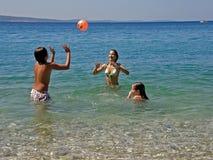 Jongen en meisjes in de zomerpret Stock Foto
