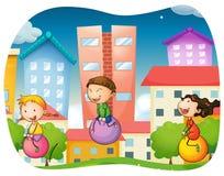 Jongen en meisjes die op de bal in het park stuiteren Royalty-vrije Stock Fotografie