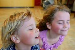 Jongen en meisjes het koelen weg voor een ventilator Royalty-vrije Stock Foto