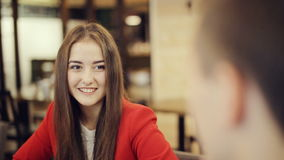 Jongen en meisjes het lachen en bespreking in koffie stock footage