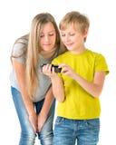 Jongen en meisjes het letten op video op de telefoon Stock Fotografie