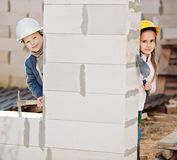 Jongen en meisjes het spelen op bouwwerf Royalty-vrije Stock Afbeeldingen