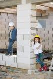 Jongen en meisjes het spelen op bouwwerf Stock Afbeeldingen