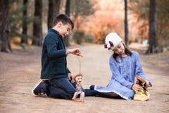 Jongen en meisjes het spelen in het park met voddenpoppen royalty-vrije stock afbeeldingen