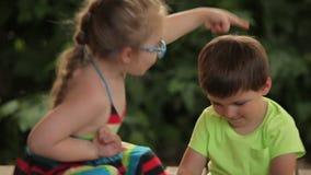 Jongen en Meisjes het spreken stock footage
