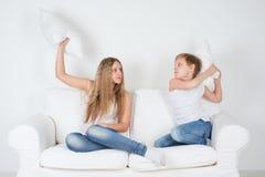 Jongen en meisjes het vechten hoofdkussens Stock Fotografie