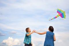 Jongen en meisjes vliegende vlieger Royalty-vrije Stock Afbeeldingen