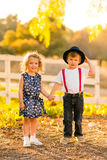 Jongen en meisjesholdingshanden Royalty-vrije Stock Foto