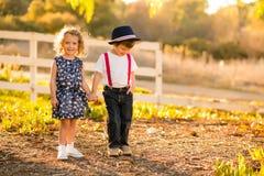 Jongen en Meisjesholdingshanden Royalty-vrije Stock Afbeelding