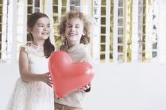Jongen en meisjesholdingshart Royalty-vrije Stock Afbeeldingen