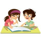Jongen en meisjesjonge geitjesstudenten die doend hun thuiswerk togethe bestuderen Stock Fotografie